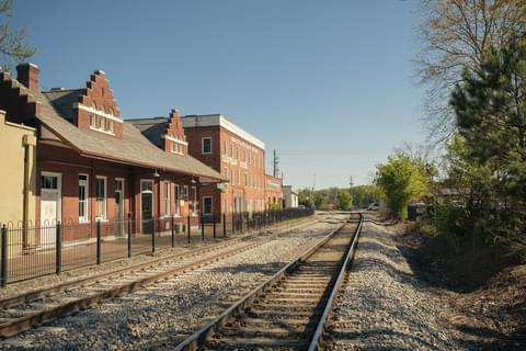 train tracks outside of marietta museum of history