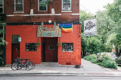 Very similar to the Logan Square neighborhood, Bucktown is a barfly's paradise, with jaunts like Bucktown Pub and Ed and Jean's Bar. Residences are primarily made up of townhomes and walk-ups dating back to the early 1900s.